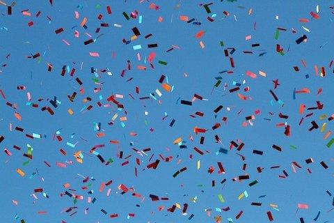 Färgglad konfetti flyger i luften