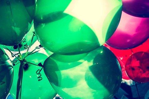 Gröna och lila ballonger
